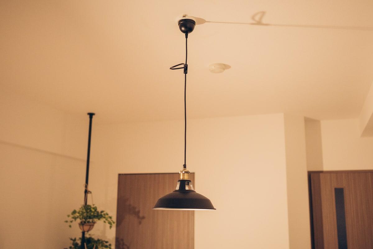 モダンデコで購入したペンダントライトを天井に取り付けた様子