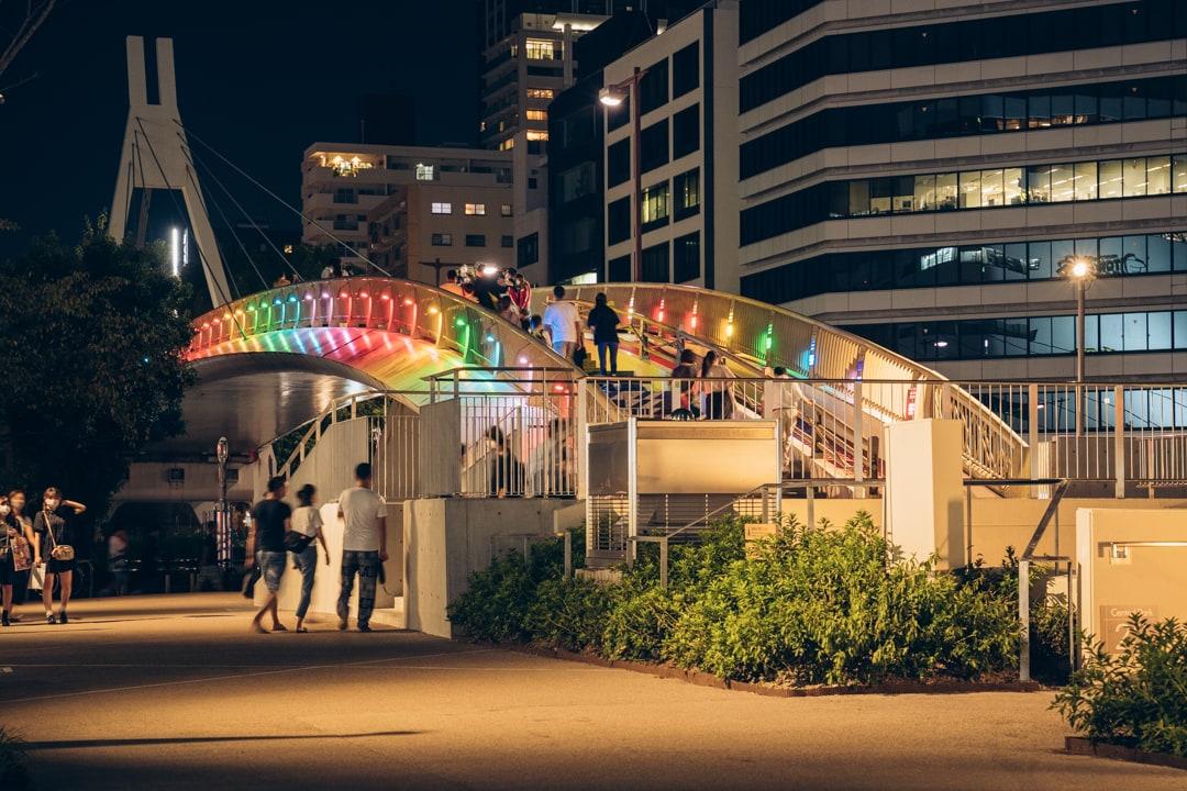 虹色にライトアップされるセントラルブリッジ