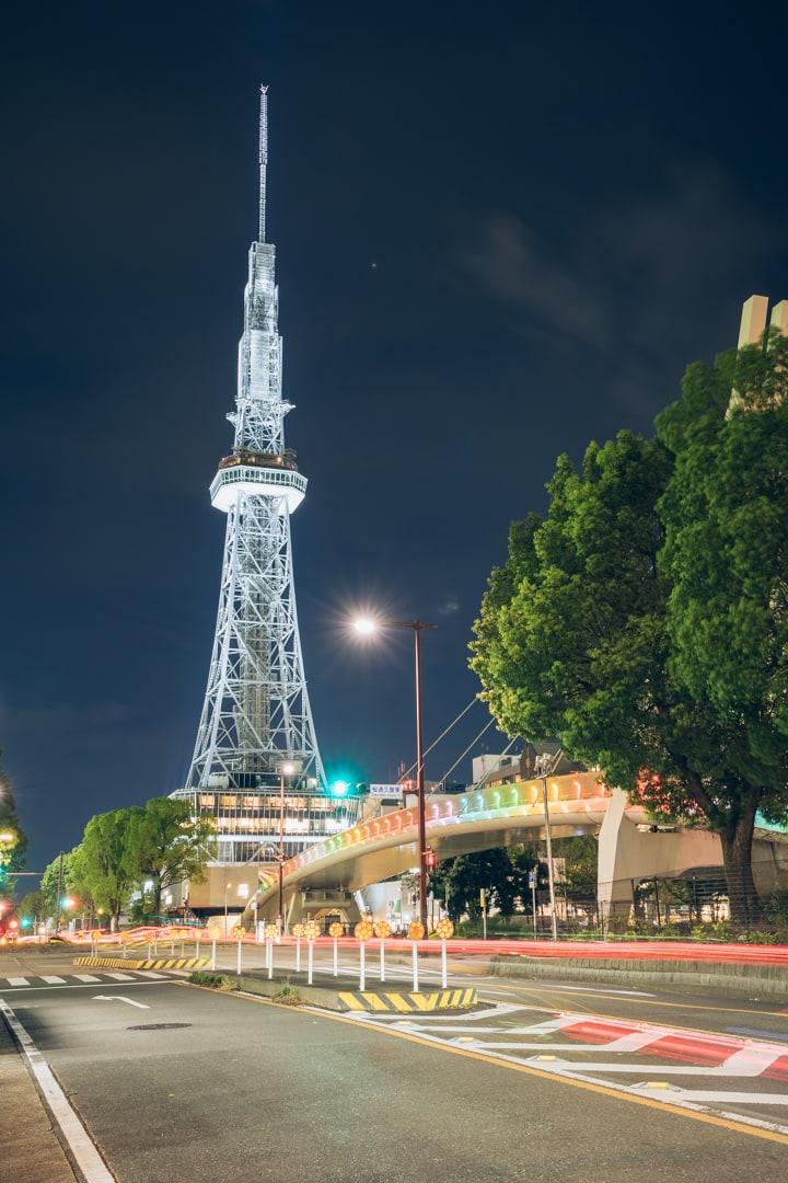 虹色にライトアップされるセントラルブリッジと名古屋テレビ塔