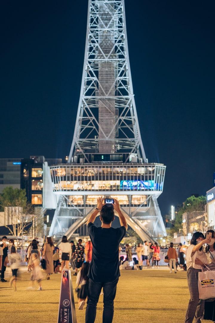 スマホで名古屋テレビ塔を撮影する男性