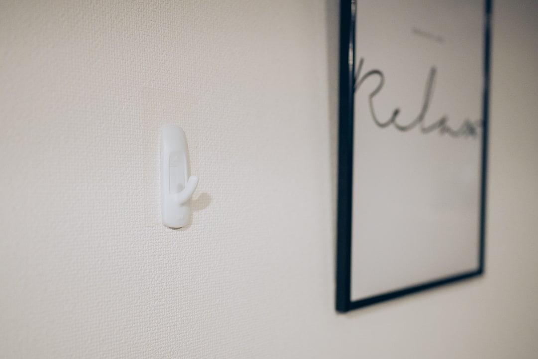 壁を傷つけずに額縁を飾るために設置した3Mコマンドのフック