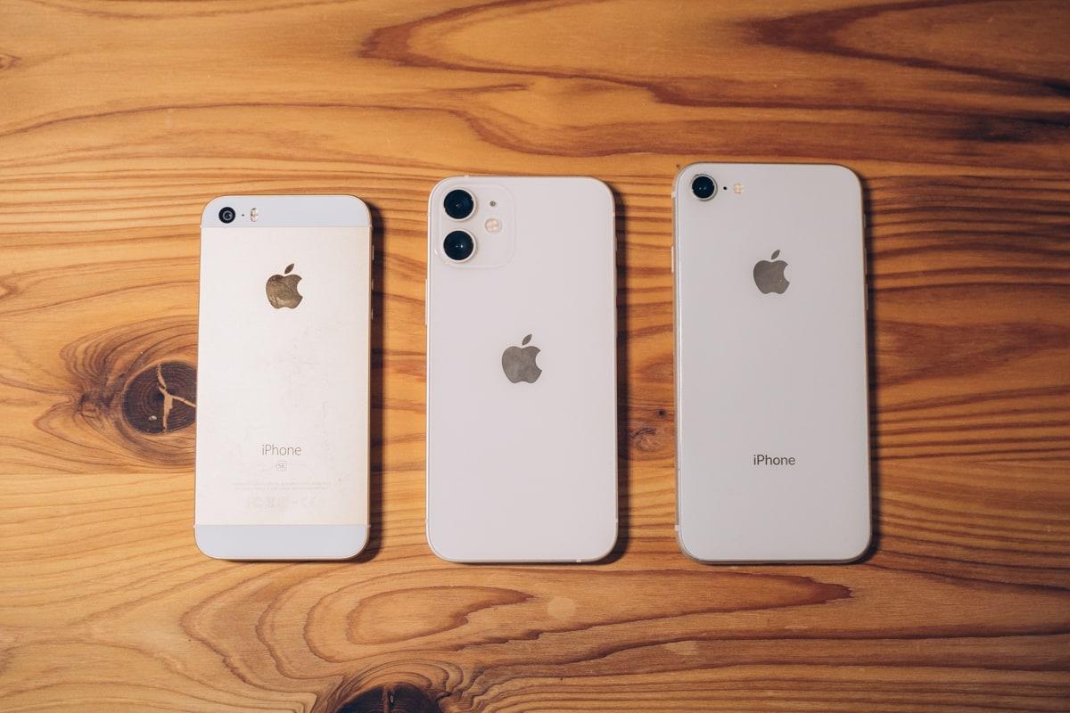 iphone12 mini、iPhone SE(第1世代)、iPhone SE(第2世代)の大きさと重さを比較した写真