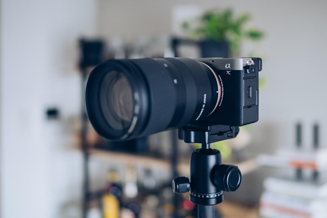 Element MKELES5BKにフルサイズのカメラとズームレンズを載せた様子