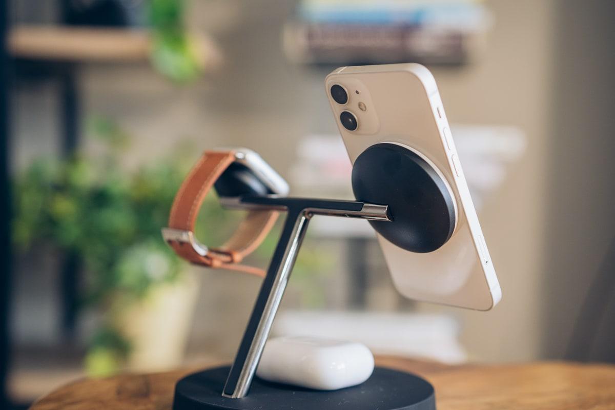 Magsafe対応3in1ワイヤレス充電器でiPhone12を充電する様子