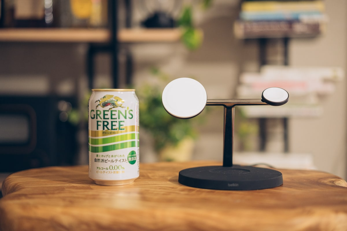 Belkin BOOST↑CHARGE PRO 3-in-1 Wireless Charger with MagSafeの大きさを缶と比較する様子'