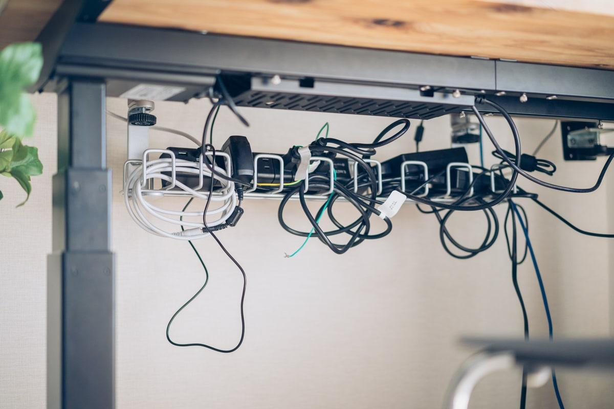 ケーブルがごちゃつく天板裏