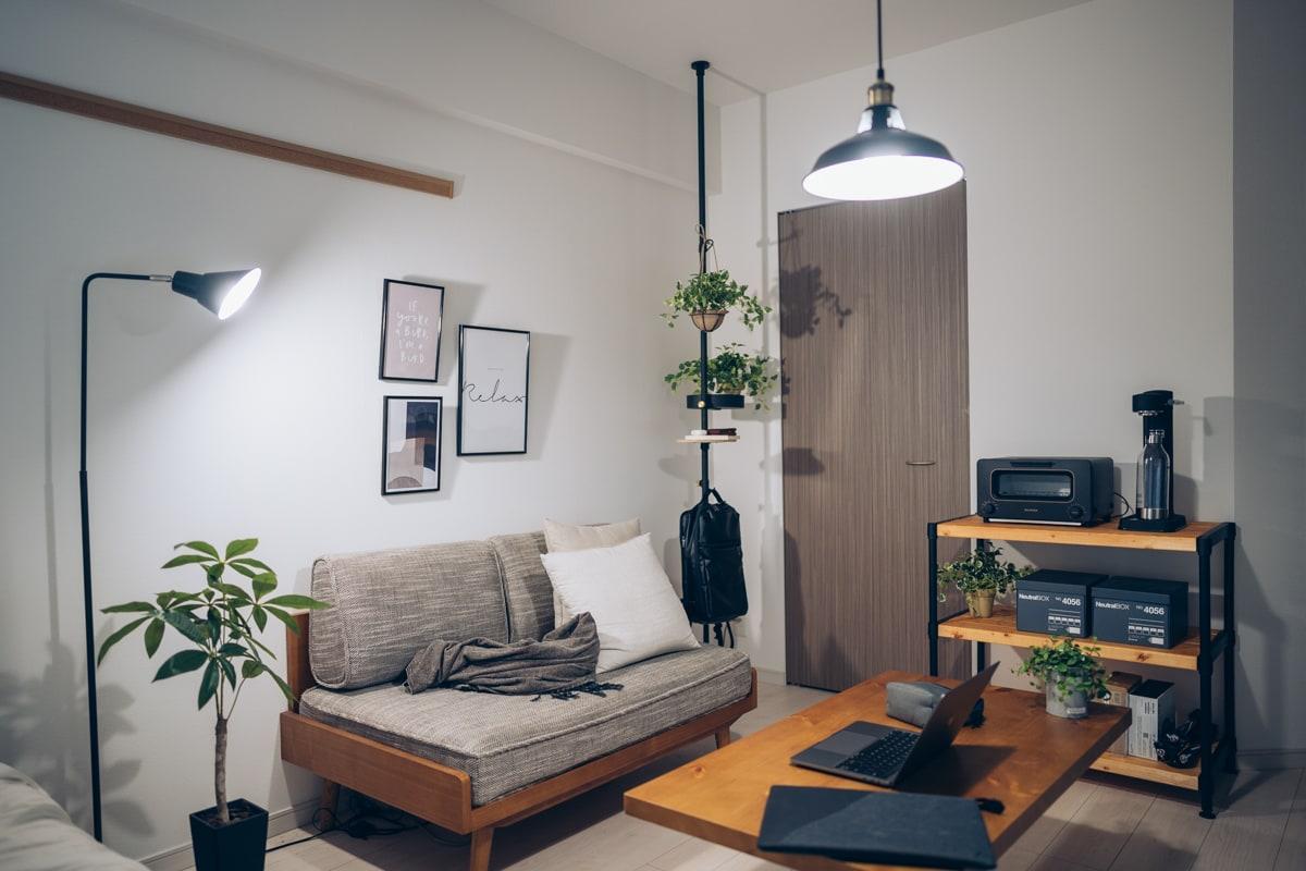 DIYで作ったスチールラックに家具を載せる様子