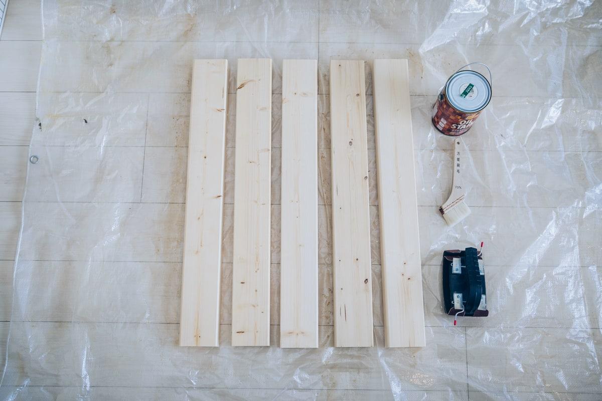 2段ラックを作るのに必要な材料を並べた写真
