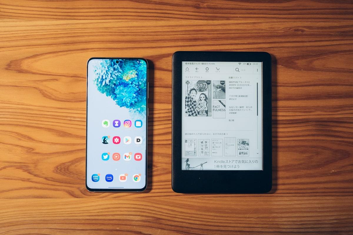 Kindle(無印・10世代)の大きさを一般的なスマホと比較する様子