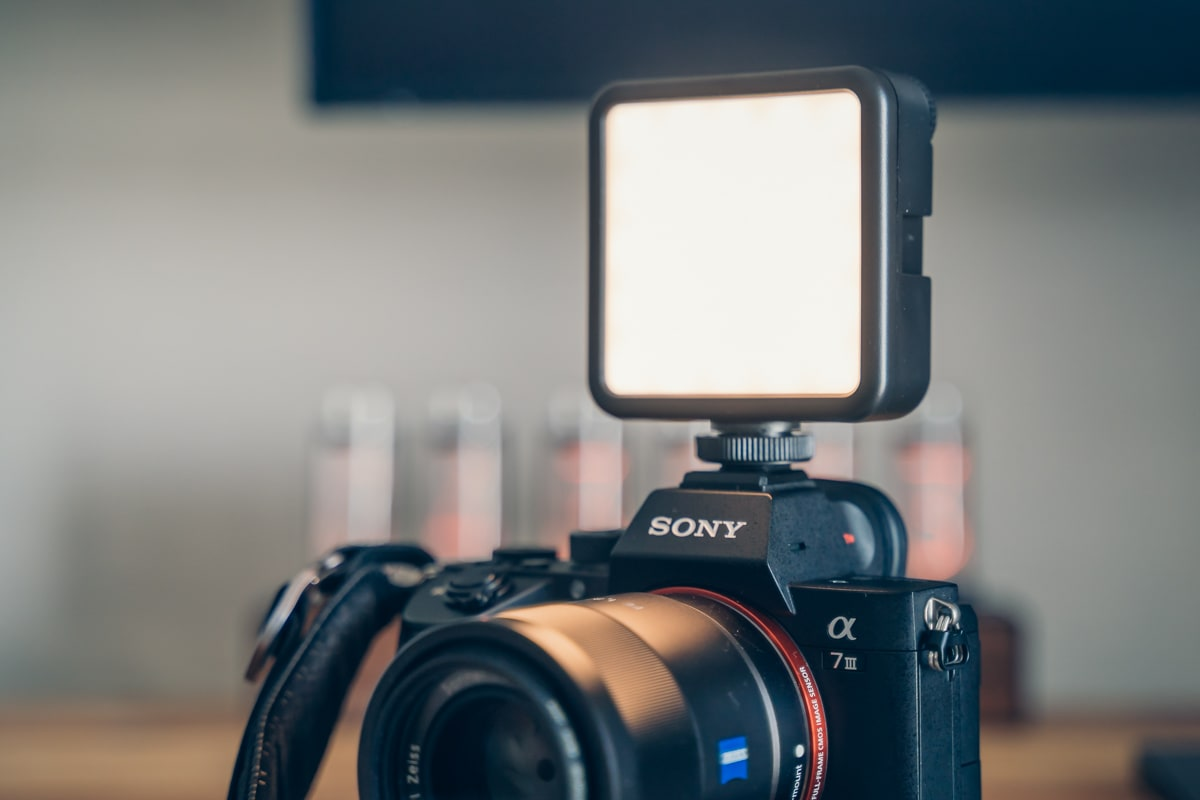 カメラのシューマウントに設置できる小型照明
