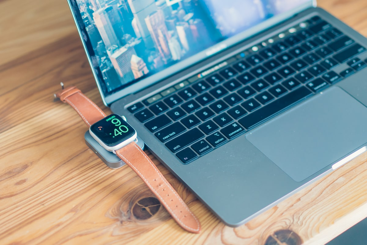 Satechi USB-C Watch AirPods ChargerでApple Watchを充電する様子