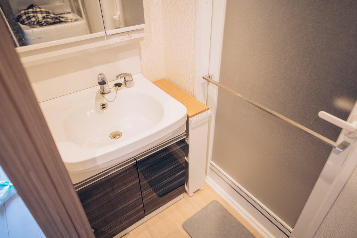 山崎実業のスリムトイレラックを洗面台に設置