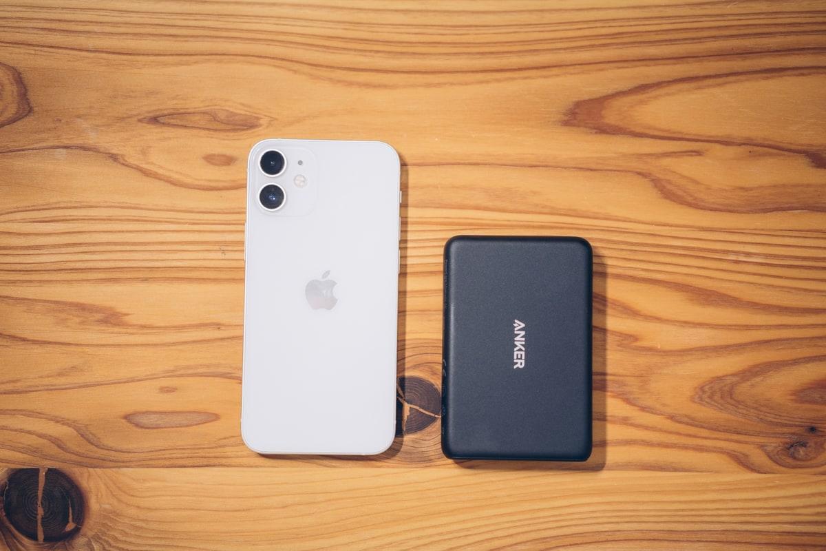 Anker PowerCore Magnetic 5000の大きさをiPhone12 miniと比べる様子