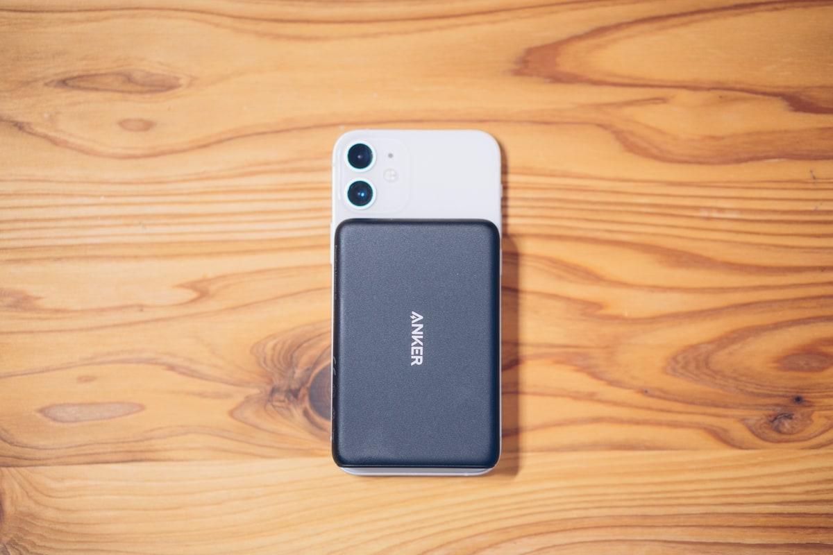iphone12 miniをワイヤレス充電する様子